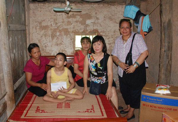 Trao quà cho các gia đình khó khăn tại Bắc Giang