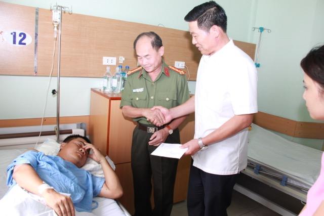 Thứ trưởng Nguyễn Văn Sơn thăm, tặng quà Thượng uý Nguyễn Anh Đức - Ảnh minh hoạ 4
