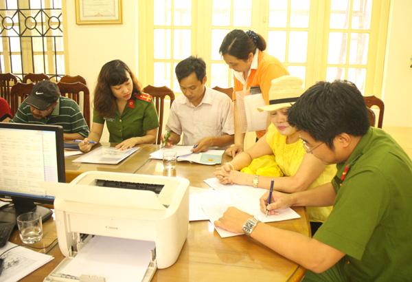 Công an quận Ba Đình xuống địa bàn điều chỉnh gần 500 sổ hộ khẩu cho dân