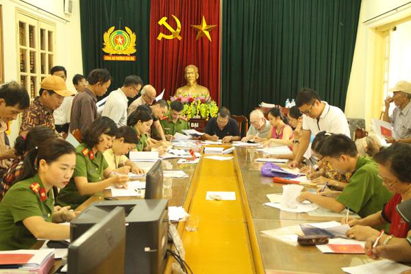 Công an quận Ba Đình xuống địa bàn điều chỉnh gần 500 sổ hộ khẩu cho dân - Ảnh minh hoạ 5