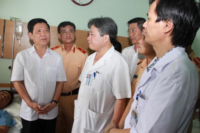 Thứ trưởng Nguyễn Văn Sơn thăm, tặng quà Thượng uý Nguyễn Anh Đức - Ảnh minh hoạ 2