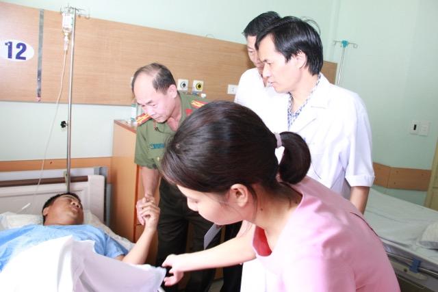 Thứ trưởng Nguyễn Văn Sơn thăm, tặng quà Thượng uý Nguyễn Anh Đức - Ảnh minh hoạ 3