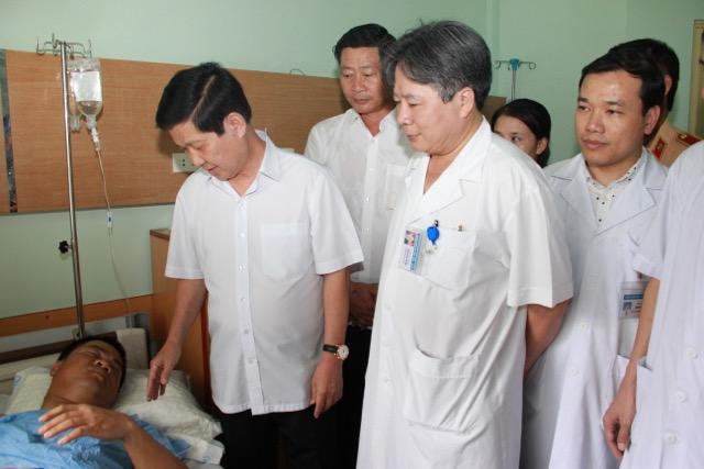 Thứ trưởng Nguyễn Văn Sơn thăm, tặng quà Thượng uý Nguyễn Anh Đức