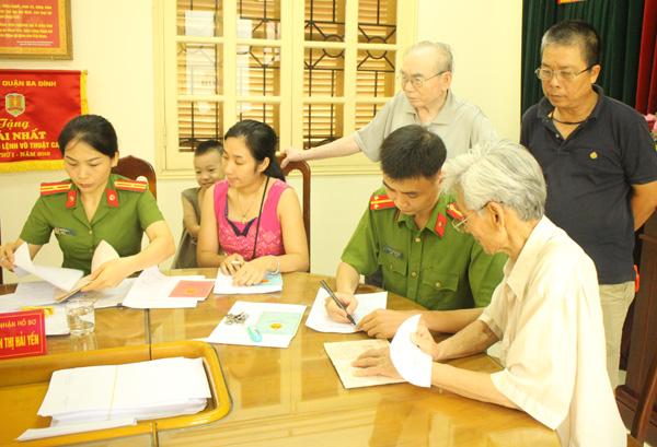 Công an quận Ba Đình xuống địa bàn điều chỉnh gần 500 sổ hộ khẩu cho dân - Ảnh minh hoạ 4