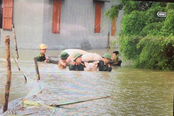Lực lượng CAND bám địa bàn, giúp nhân dân trong mưa lũ - Ảnh minh hoạ 4