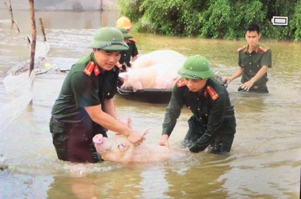 Lực lượng CAND bám địa bàn, giúp nhân dân trong mưa lũ - Ảnh minh hoạ 3