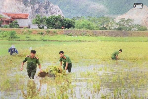 Lực lượng CAND bám địa bàn, giúp nhân dân trong mưa lũ - Ảnh minh hoạ 2