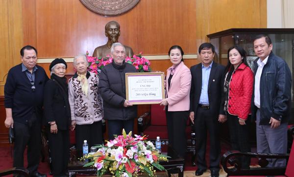 Gia đình cụ Hoàng Thị Minh Hồ ủng hộ đồng bào vùng lũ 200 triệu đồng