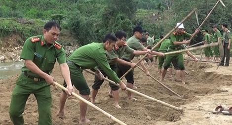 Tuổi trẻ Công an giúp dân phục hồi sản xuất sau lũ