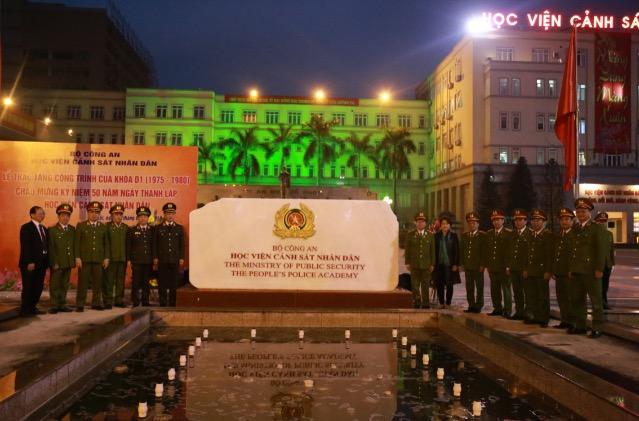 Cựu sinh viên khoá D1 trao tặng công trình phiến đá tri ân Học viện CSND - Ảnh minh hoạ 2