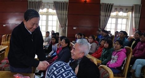 Bộ trưởng Tô Lâm tặng quà công nhân và gia đình có hoàn cảnh khó khăn
