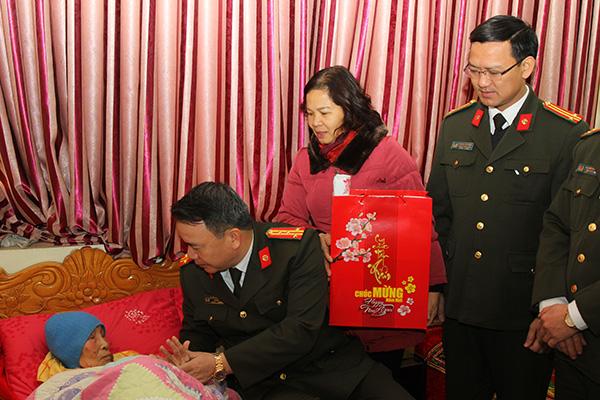 Công an tỉnh Hà Nam tổ chức thăm, tặng hơn 100 suất quà Tết