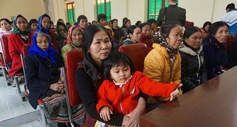 Trao 100 suất quà cho các hộ nghèo Quế Phong
