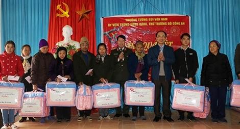 Thứ trưởng Bùi Văn Nam tặng quà Tết cho người nghèo tại tỉnh Bắc Kạn