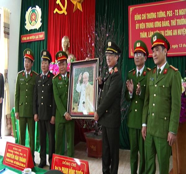 Thứ trưởng Nguyễn Văn Thành kiểm tra công tác tại Công an huyện Lạc Thủy
