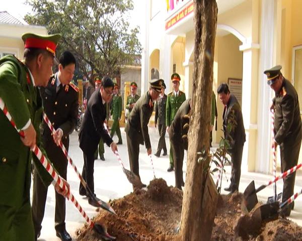 Thứ trưởng Nguyễn Văn Thành kiểm tra công tác tại Công an huyện Lạc Thủy - Ảnh minh hoạ 2