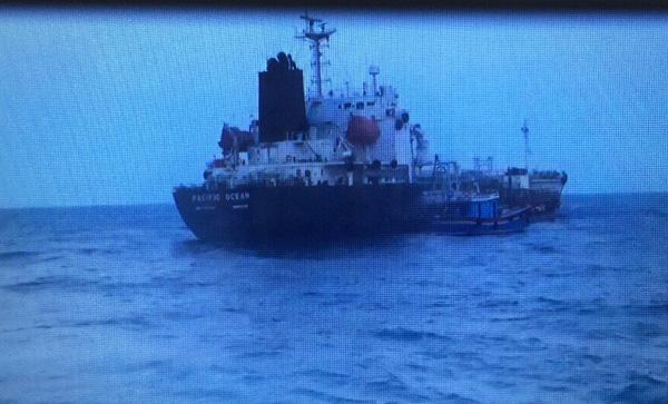 Tạm giữ 2 tàu nước ngoài sang mạn dầu trái phép