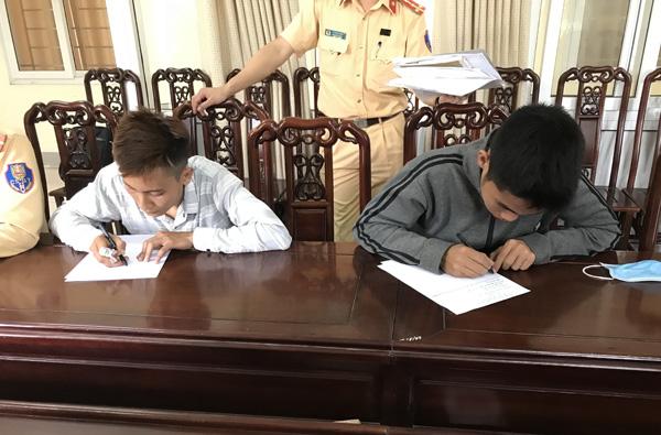 Lưu Văn Độ và Lưu Văn Lâm tại Đội CSGT – CATP Vinh.