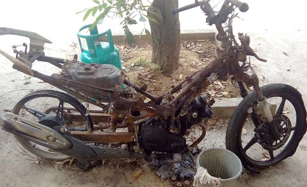 Chiếc xe máy Exciter bị Hà Văn Hùng đốt cháy trơ khung.