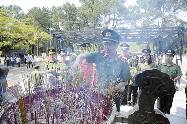 Báo CAND tri ân các liệt sĩ trong hành trình về nguồn tại Quảng Trị 1 - Ảnh minh hoạ 3