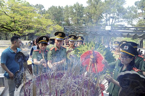 Báo CAND tri ân các liệt sĩ trong hành trình về nguồn tại Quảng Trị 1 - Ảnh minh hoạ 6