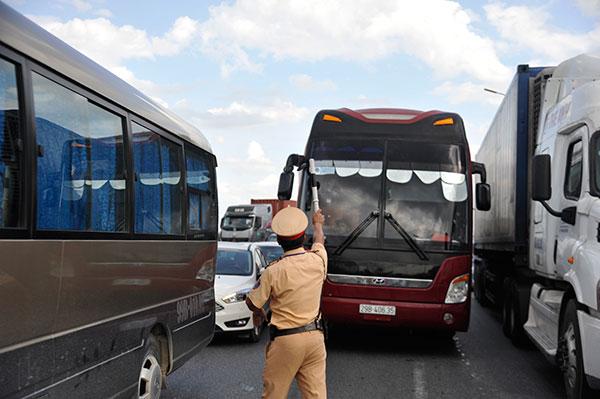 Cảnh sát giao thông trầm mình trong nắng 40 độ C - Ảnh minh hoạ 4