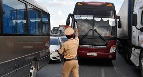Cảnh sát giao thông trầm mình trong nắng 40 độ C