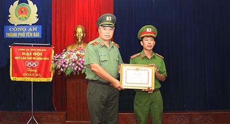 Khen thưởng Thiếu úy Cảnh sát dũng cảm cứu người