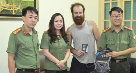 Trao trả tài sản bị thất lạc cho du khách người nước ngoài