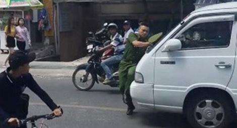 """Hình phạt nào cho tài xế xe 16 chỗ """"ủi"""" Trung úy Công an gần 100m trên phố?1"""