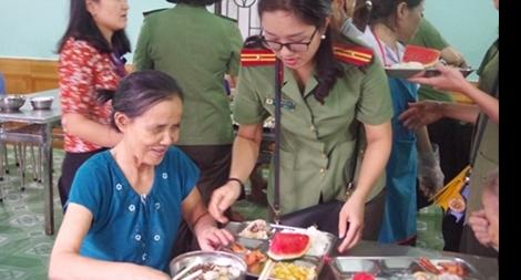 Hội Phụ nữ Khối ANND - Công an Hải Phòng giúp đỡ người cao tuổi