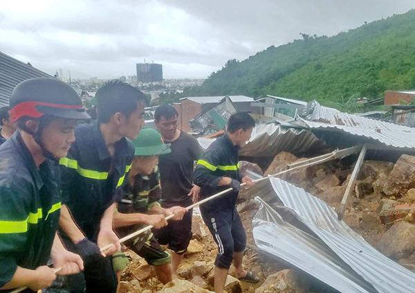 Lực lượng Công an giúp dân khắc phục hậu quả mưa lũ tại Nam Trung Bộ