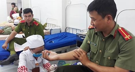 Tuổi trẻ Công an Long An hiến máu tình nguyện
