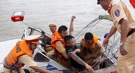 Lòng quả cảm của những người lính áo vàng trên sông