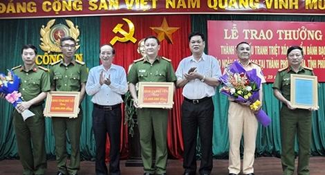 Bí thư Tỉnh ủy, Chủ tịch UBND tỉnh khen thưởng Công an Phú Yên