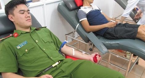 Cảnh sát Cơ động hiến máu hiếm cứu cháu bé thoát khỏi tay tử thần1