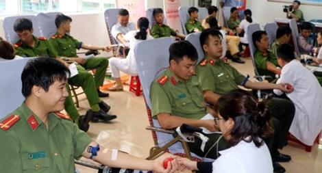 Đoàn viên, thanh niên Công an tình nguyện hiến máu cứu người