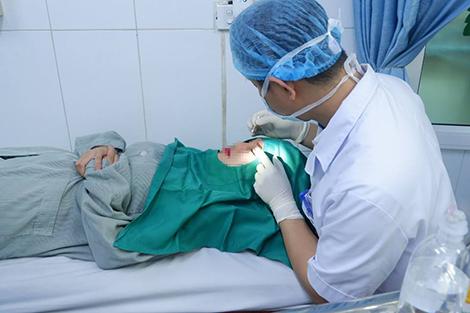 Bác sĩ Khoa Phẫu thuật tạo hình, thẩm mỹ và hàm mặt Bệnh viện E cấp cứu cho cô gái 19 tuổi bị chảy máu không ngừng sau khi cắt mí mắt tại spa.