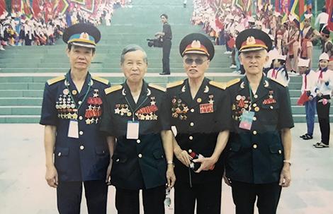 Đại tá Đặng Đức Song (người đứng thứ hai từ phải sang) cùng các đồng đội năm xưa. Ảnh: NVCC.