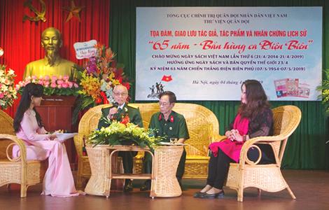 """Đại tá Đặng Đức Song chia sẻ với các bạn trẻ trong buổi giao lưu """"65 năm bản hùng ca Điện Biên"""" tại thư viện Hà Nội tháng 4-2019."""