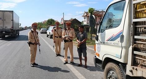 CSGT căng mình trong nắng nóng để giữ an toàn cho các tuyến đường