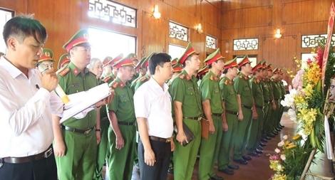 Lực lượng Cảnh sát kinh tế dâng hoa tại Khu di tích Kim Liên