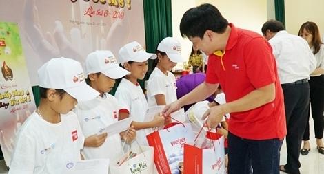 """Vietjet mang chương trình """"Thắp sáng những ước mơ"""" đến trẻ em nghèo"""