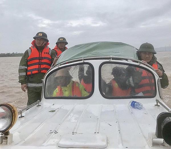 Công an tỉnh Quảng Bình tiếp cận các điểm xung yếu để cứu dân - Ảnh minh hoạ 5