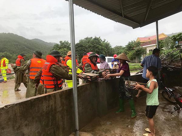 Công an tỉnh Quảng Bình tiếp cận các điểm xung yếu để cứu dân - Ảnh minh hoạ 4