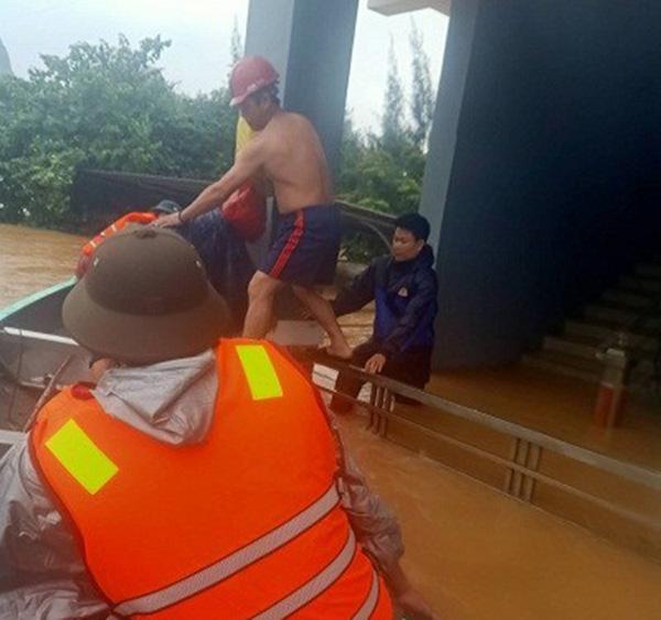 Công an tỉnh Quảng Bình tiếp cận các điểm xung yếu để cứu dân