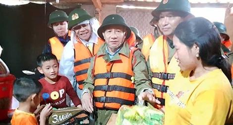Lực lượng Công an nỗ lực giúp dân vùng bị lũ lụt chia cắt