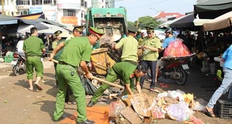 Lực lượng Công an giúp dân dọn dẹp vệ sinh sau trận mưa lịch sử