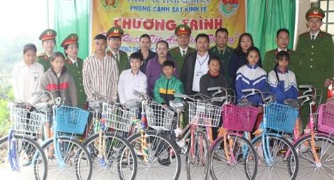 Công an Nghệ An trao quà cho học sinh nghèo tại vùng khó khăn