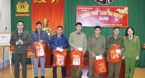 Thanh niên Công an tỉnh Hà Giang tặng quà gia đình chính sách và Công an viên